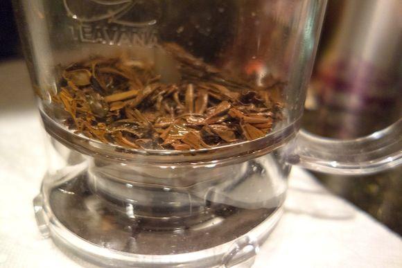 tasse et feuilles de thé
