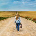 jeune fille marche sur un chemin