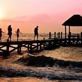Famille qui marche sur un ponton