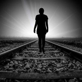 ombre humaine qui marche vers la lumière