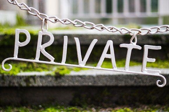 """mention """"private"""" accrochée à une chiane"""