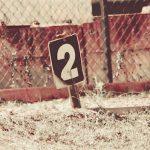 chiffre 2 écrit sur un panneau