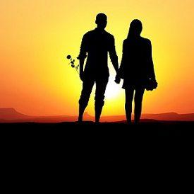 Couple se tenant la main,coucher de soleil