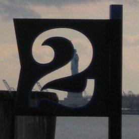 chiffre deux sur un panneau métallique