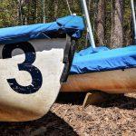 chiffre trois peint sur la coque d'une barque