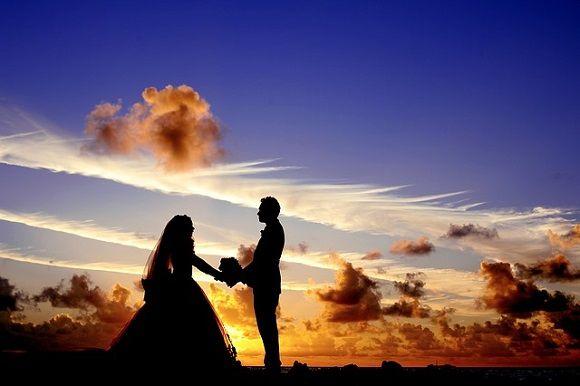 Couple marié face à un coucher de soleil