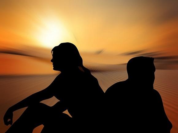 Homme et femme dos à dos