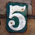 chiffre 5 écrit sur des briques