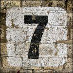 chiffre 7 écrit sur un mur en brique