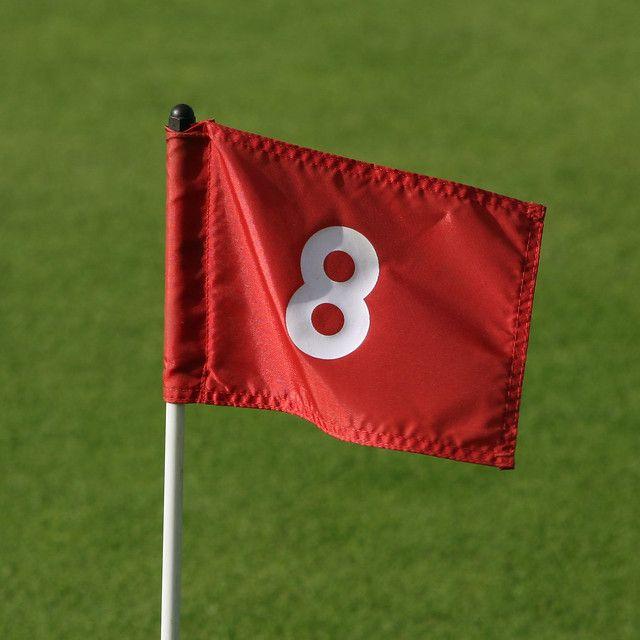 chiffre 8 écrit sur un drapeau