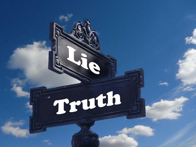 pancartes représentant la vérité et le mensonge