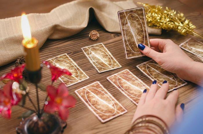 Mains de femmes utilisant le tarot tzigane