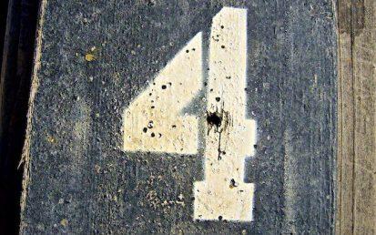 chiffre 4 écrit sur une planche en bois